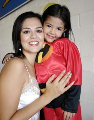 <b>15 de octubre 2005</b><p>  Valeria Marmolejo el día que festejó su cumpleaños, junto a su mamá Gaby Ramírez de Marmolejo.