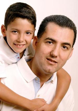 Alejandro González Nogueira, con su hijo Alejandro José  González Rebollo.