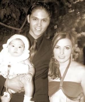 Alejandro Mellado Chapa y Luciana Sánchez de Mellado so su hijita Luciana.