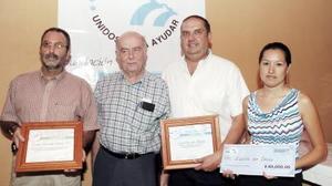 Con sus reconocimientos aparecen Carlos Gerardo  Garza y por parte de Espíritu que Danza, Fernando Balli y Flor Fong, la acompañan el Pbro. González Morfín.