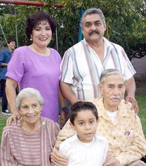 Con una agradable reunión, fue festejado el señor Alberto Martínez con motivo de sus 88 años de vida por su esposa, Consuelo Mendoza de Martínez, por sus hijos y demás familiares.