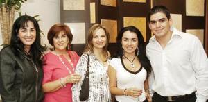 Gabriela S. de Herrera, Gabriela F. de Silveyra, Karime J. de Silveyra, Mónica Silveyra y Abelardo de la Fuente, captados en reciente festejo social.