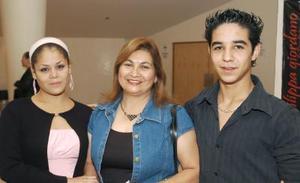 Lily y Carlos Álvarez, acompañados por Dizzy Rodríguez.