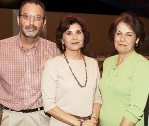 Gerardo Garza, Patricia Escobar de Garza y Lucía López de Martínez.