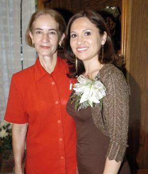 Enith Barrales García acompañada por su futura suegra, Olivia de la Torre de Berumen, quien le ofreció una despedida de soltera.