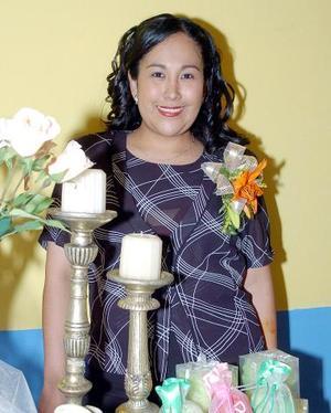 <B>16 de octubre de 2005</b><p> Por su próxima boda, Claudia Beatriz Vázquez García fue festejada con una reunión.