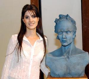 Guadalupe Castro junto a su obra.