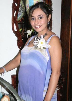 Marcela Ariadna Almaguer de Martínez recibió bonitos regalos de sus amigas, en la fiesta de canastilla que le ofrecieron por el futuro nacimiento de su bebé.