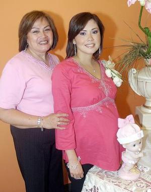 Massiel de Anaya disfrutó de una fiesta de canastilla, aquí junto a su mamá, Mary Carmen de Manzanera.