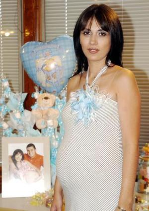 <B>16 de octubre 2005</b><p> Minerva Pérez Berruecos, en la fiesta de canastilla que le prepararon sus familiares.