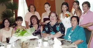 Brenda Luna Velázquez acompañada por un grupo de amigas, en la despedida que le fue ofrecida en días pasados.