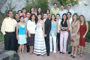 Luis Pulido Contreras y Nelly Blackaller Velázquez, acompañados de amigos en pasado festejo social.