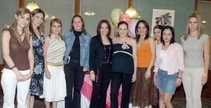 Maribel González de Segura acompañada por un grupo de amigos, en la reunión de canastilla que le prepararon por el cercano  nacimiento de su bebé.