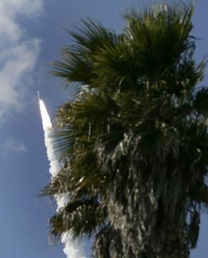 El Titan IV B consiste en li'quido-aprovisionado de combustible una base y dos aumentadores de presión sólidos grandes del cohete. Se lanza en los sólidos; la base líquida enciende cerca de 2 minutos en vuelo.