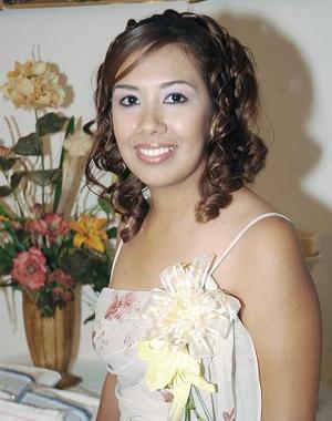 <B>17 de octubre de 2005</b><p> Paulina Carlos Montes, en la despedida de soltera que le fue organizada.