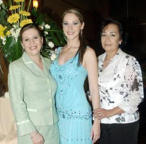 <B>18 de octubre de 2005</b><p> Claudia Roca Nahle disfrutó de una fiesta de despedida, aquí junto a su mamá, Perla Nahle de Roca y su futura suegra, Guadalupe Udaibay de Medrano.