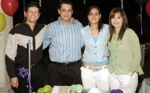 Los futuros esposos, con los organizadores de su fiesta de despedida, Alfredo González y Anabel de González.