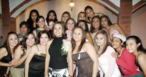 Múltiples felicitaciones recibió Iveth Rocío Flores de la Cruz, la compañaron en la fiesta pre nupcial que le ofrecieron.