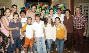 <B>18 de octubre 2005</b><p> Amigos y familiares de Franco de la Fuente Webb lo festejaron, con una agradable fiesta de cumpleaños.