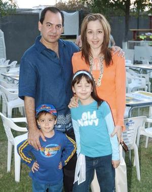 Adrián Salazar y Ema Nogueira de Salazar con sus hijos Paulina y Adrián.