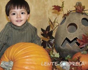 Carlos Octavio Donatlán Rodríguez, en un estudio fotográfico con motivo del Día de Halloween.