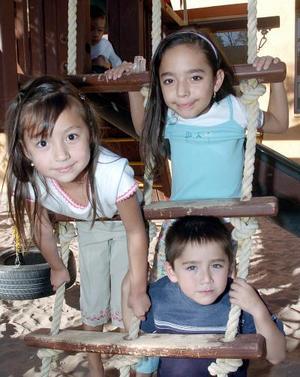 Cinthia Paola, Alejandra y Mario Villarreal.