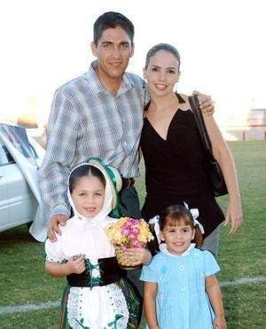 Fernando Russek y Alejandra de Russek con sus hijas Regina y Paulina, en las fiestas de la Covadonga.
