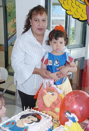 Miriam Pamela Andrade Martínez acompañada por su mamá, María de los ángeles Martínez de Andrade, el día que festejó sus  cuatro años de vida.