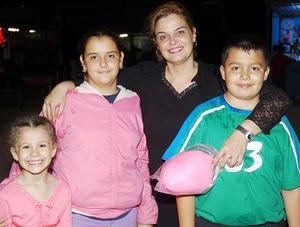 Patricia García de Sánchez Russek con Marli Sánchez, Miguel y Marisol Murillo.