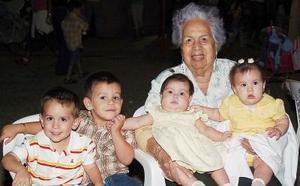Raúl García, Roberto Rodríguez, Alexandra Rodríguez, Ana Lucía García y la señora María del Socorro Leprón.