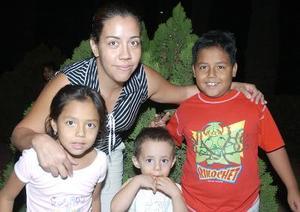 <b>16 de octubre 2005</b><p> Viviana Cerna, con sus hijos Sofía, Iván y Romario Solorio.
