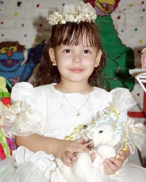 Gloria Karely Usquiano Contreras cumplió tres años de vida y fue festejada en días pasados.