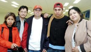 <b>16 de octubre 2005</b><p> Los integrantes del ensamble musical Voz en Punto viajaron a México.
