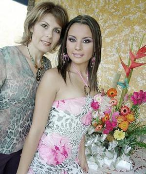 Margot Hernández Castañeda acompañada de su mamá, la Sra. Aída Castañeda de Hernández.
