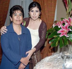 Claudia junto a su mamá, Sra. Rosario Medrano de Lozano.