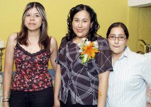 <B>20 de octubre de 2005</b><p> Claudia Beatriz Vázquez García, acompañada por algunas de las invitadas a la reunión de despedida que le ofrecieron en días pasados.