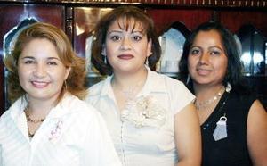 Elizabeth Valdez y Perla Rivera le ofrecieron una despedida a Claudia Elena Agüero Arreola por su próxima boda.