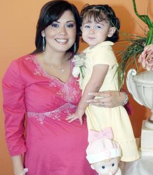 Massiel Manzanera de Anaya acompañada de su hijita Isabela, en la fiesta de regalos que le ofrecieron por el próximo nacimiento de su bebé.