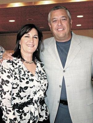 Liliana de González y Antonio González.