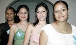 Laura Minerva de la Riva Ortiz junto a las organizadoras de su fiesta de canastilla, Perla Palacios , Sandra Hurtado y Ale Rodríguez.