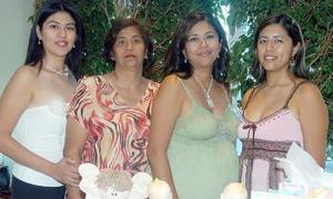 <B>21 de octubre 2005</b><p> Lilia Mayela Cepeda Vélez disfrutó de una fiesta de canastilla, que le ofrecieron por el próximo nacimiento de su bebé.
