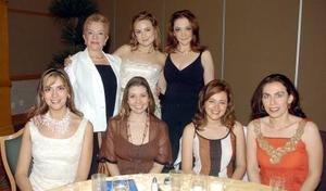 Arleth Leal Metlich, acompañada por un grupo de amistades en su fiesta de despedida.