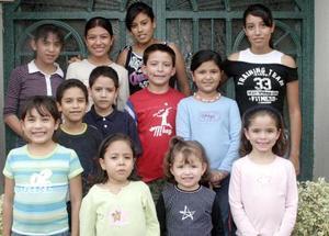 <B>19 de octubre 2005</b><p> Acompañaron a su abuelita en su cumpleaños, los pequeños Aranza, Paola, Andrea, Mariana, Bertis, Toño, Daniel, Stephanie, Xiomara, Fernando, Natis y Sofis.