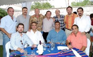 <B>20 de octubre 2005</b><p> Javier Eduardo Roel Hernández, captado con un grupo de invitados a la reunión que le ofrecieron en días pasados por su cumpleaños.
