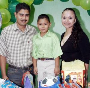 <b>19 de octubre 2005</b><p> Aldaír Rodríguez Campos acompañado por sus papás, Joaquín Rodríguez y Sandra Campos.