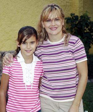 Daniela González Izaguirre acompañada por su mamá, María Enriqueta Izaguirre Valdés, quien le organizó una reunión de cumpleaños.