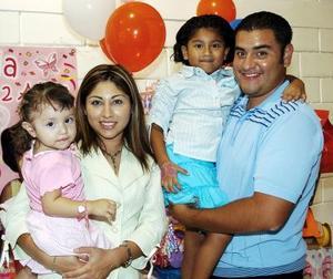 <b>20 de octubre 2005</b><p> Valeria Borrego Cervantes acompañada por sus papás, Javier y Perla Borrego y por su hermanita Frida, en la piñata que le organizaron por sus dos años de vida.