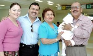Sergio y Cristina de Fassio viajaron a Guadalajara, los despidieron  Ramiro  y Elba.