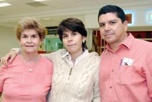 Mariana de Cadena viajó a Kentucky, la despidieron Melchor Cadena  y Carmen Gómez.