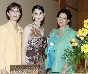 Beatriz en compañía de su mamá, Beatriz Cavazos de González y su suegra, Ana María Fernández de Fernández.